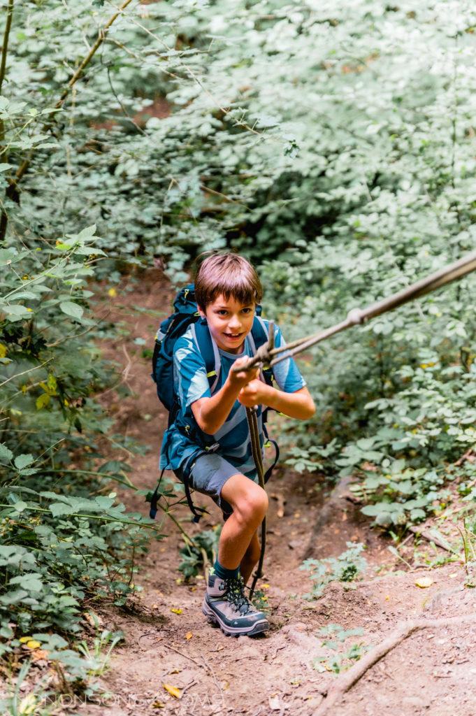 avontuurlijke wandeling met touwen